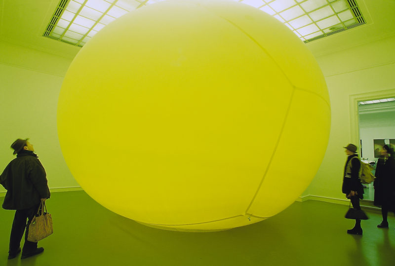 Hans Hemmert - Die Story über den Freund vom Sohn der deutschen Synchronstimme von Robert de Niro, 1995, latex air balloon, 500 x 600 x 700 cm, part of the exhibition Urbane Legenden – Berlin, Staatliche Kunsthalle Baden-Baden