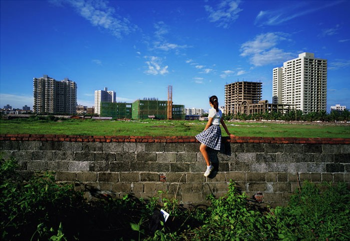 Weng Fen - Sitting on the Wall - Haikou (5), 2002-2003