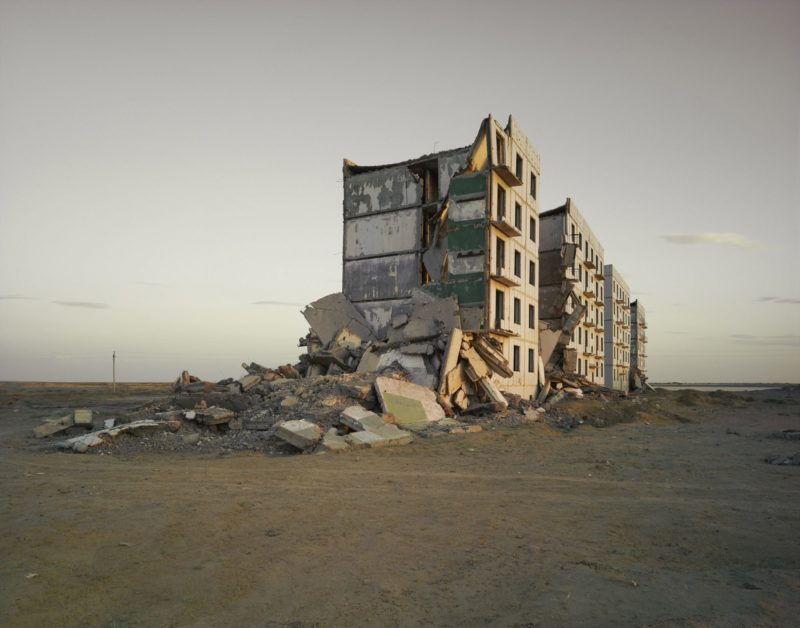 Nadav Kander - The Aral Sea I (officer's housing), Kazakhstan, 2011
