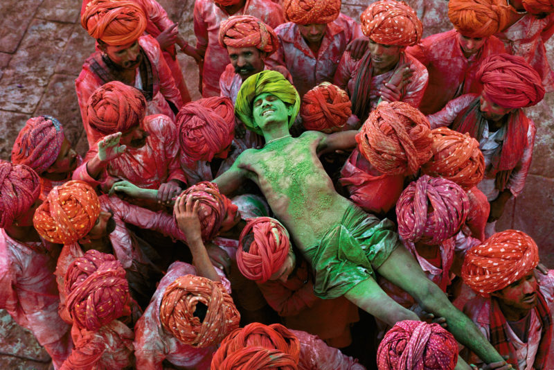 Steve McCurry - Holu, a festival that welcomes spring, is celebrated with public spraying of colorful powders. Rajasthan, India, 1996