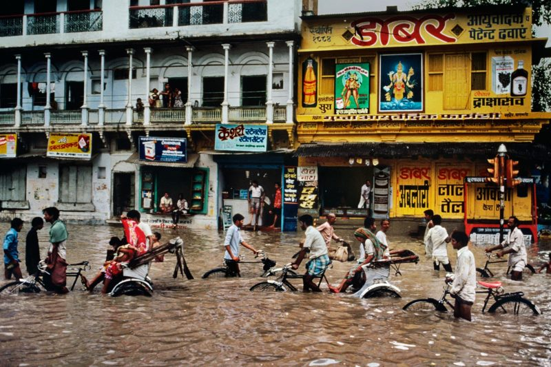 Steve McCurry - Pedicabs in a flooded street, Varanasi, India, 1983