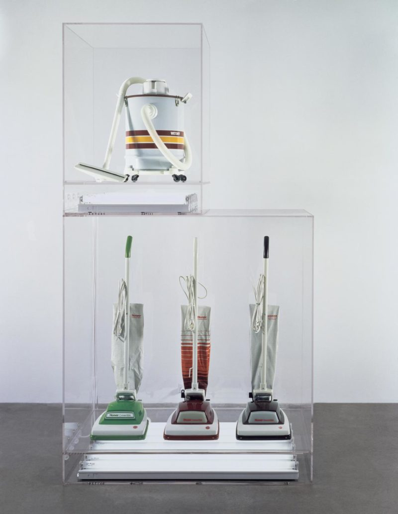 Jeff Koons - The New - New Hoover Convertibles, Green, Red, Brown, New Shelton Wet/Dry 10 Gallon Displaced Doubledecker, 1981–87, 4 vacuum cleaners, Perspex and fluorescent lights, 251 x 137 x 71,5 cm