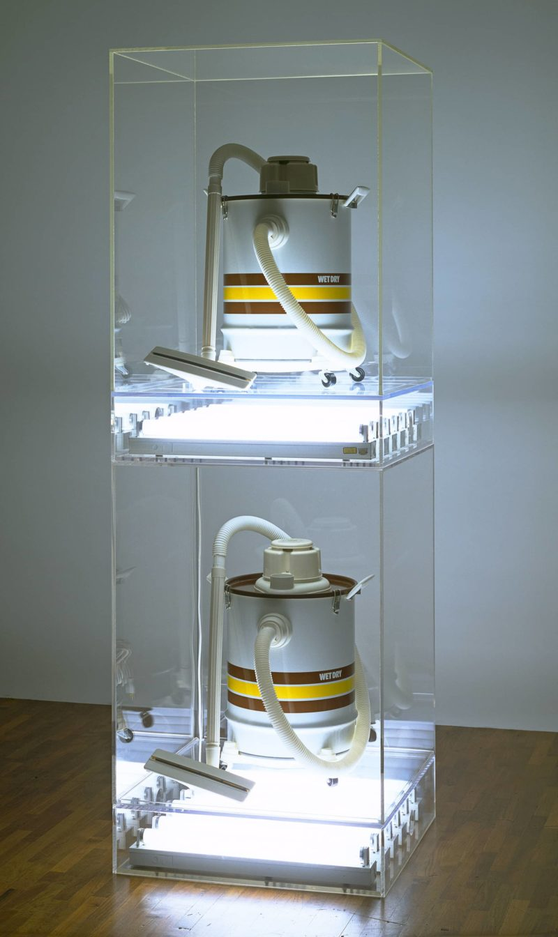 Jeff Koons - The New - New Shelton Wet/Dry Doubledecker, 1981, Vacuum cleaners, plexiglass, and fluorescent lights, 245.4 x 71.1 x 71.1 cm