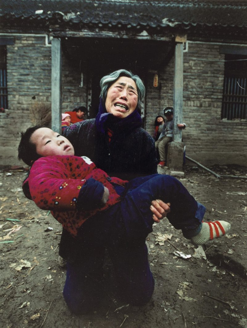 Lu Guang - A woman carrying her severely ill grandson implores the sky to prevent the devil of pain returning