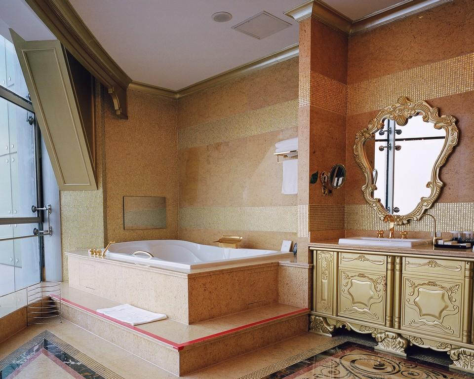 Shi Yangkun - A presidential suite's bathroom, Huaxi Village