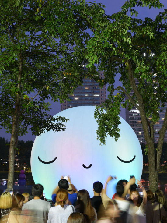 FriendsWithYou: Are these gigantic blow-up sculptures art?