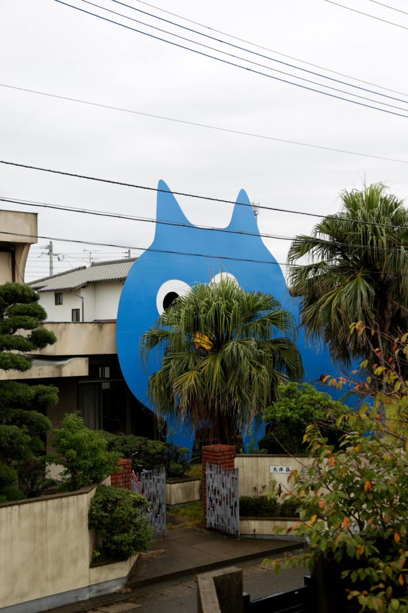 Takehiro Ikawa - Decoratorcrab - Mr.Kobayashi The Blue Cat, 2017, wood, fluorescent paint 850 cm × 1100 cm, Uminaka Taiyoso AIR, Fukuoka, Japan