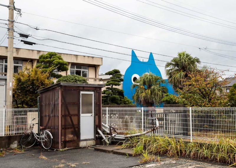 Takehiro Iikawa - Decoratorcrab - Mr.Kobayashi The Blue Cat, 2017, wood, fluorescent paint 850 cm × 1100 cm, Uminaka Taiyoso AIR, Fukuoka, Japan