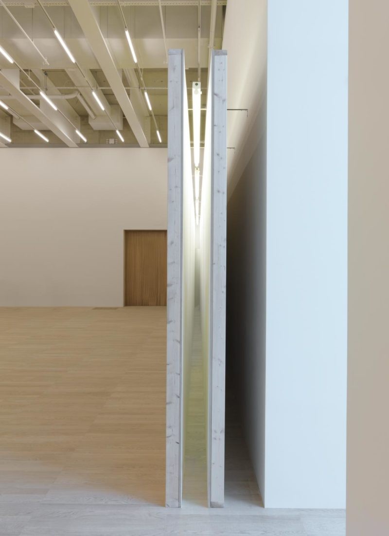 Bruce Nauman - Corridor with Mirror and White Lights, 1971, wood, glass and fluorescent tubes, 305 x 18 x 1219 cm