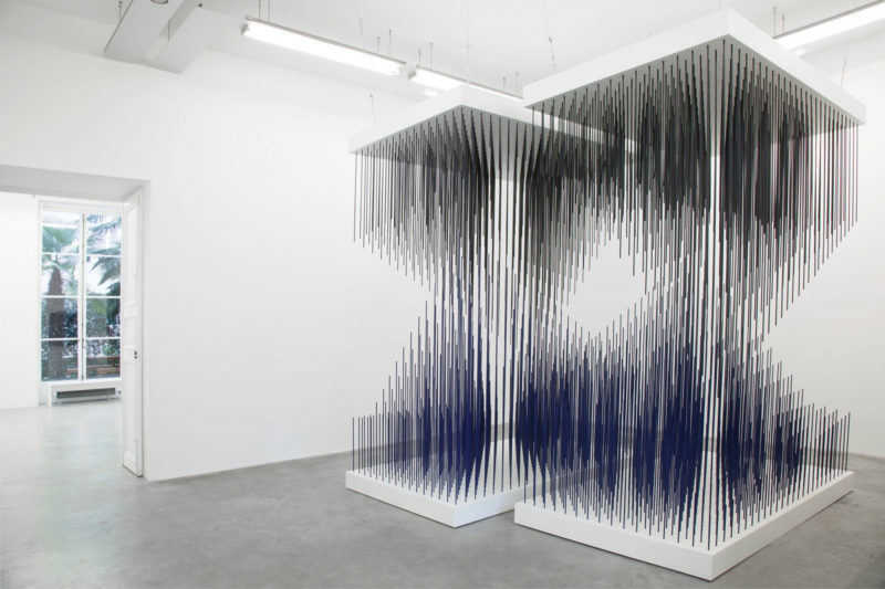 Jesus Rafael Soto - Double progression blue and black (Doble progresion azul y negra), 1975, paint on metal, unique, installation view, Chronochrome, Perrotin Gallery, Paris, 2015