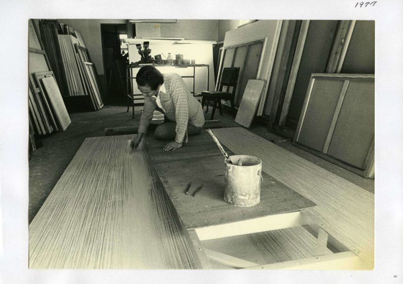 Park Seo-Bo working on a piece of his Ecriture at his Hapjeong-dong studio in 1977