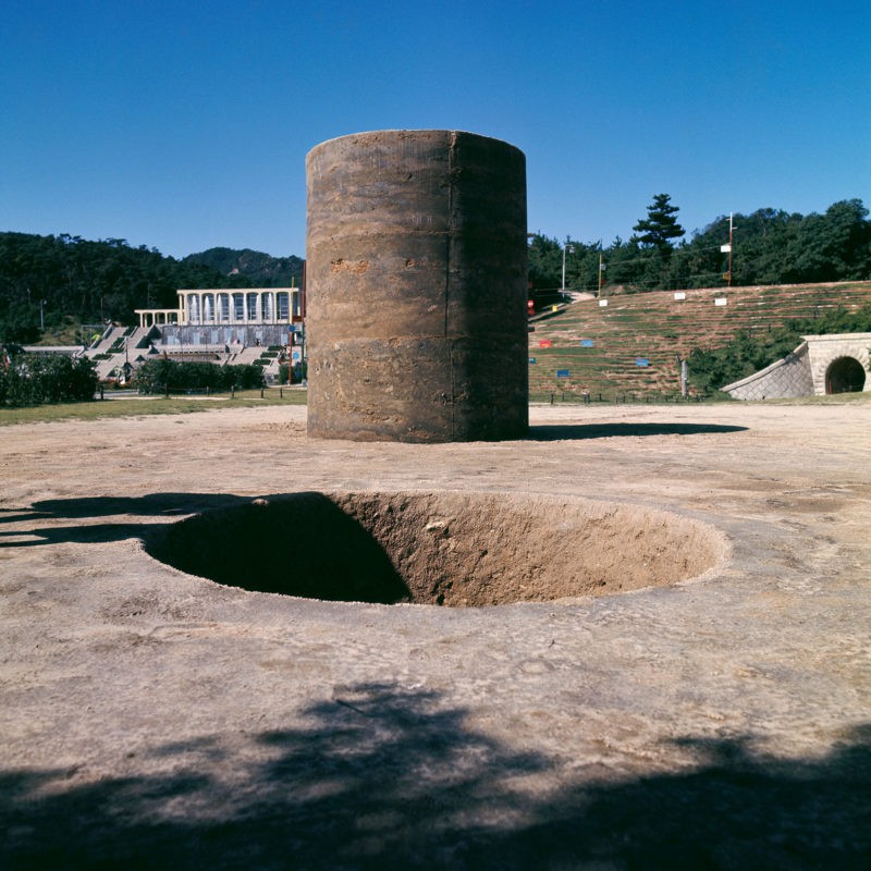 Nobuo Sekine - Phase — Mother Earth, 1968, earth, cement, dimensions: cylinder: 220 x 270 cm (diameter), hole: 220 x 270 cm (diameter), installation view, 1st Kobe Suma Rikyū Park Contemporary Sculpture Exhibition, October 1 - November 10, 1968, photo: Osamu Mura