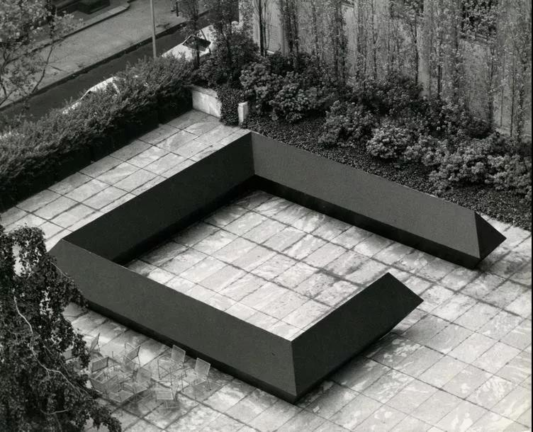 Tony Smith - Stinger, 1967–1968, Plywood mock-up, painted black, 1,87 x 9,7 x 9,7 m (6' x 32' x 32'), Art of the Real installation, Museum of Modern Art, New York, 1968